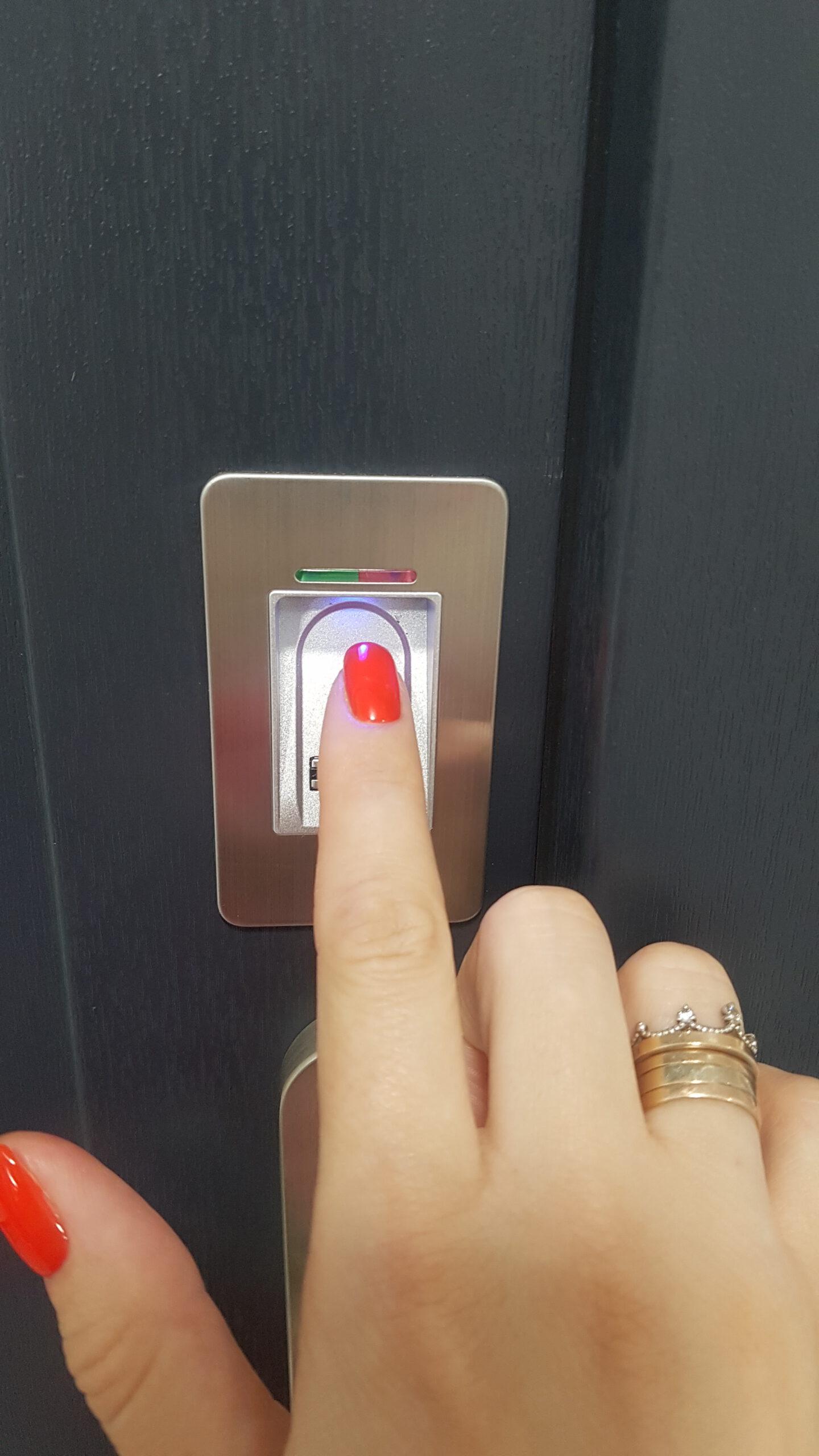 Відкрити одним дотиком через сканування відбитка пальця.